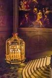 Candelabro dourado elaborado dentro de Hampton Court Palace fotos de stock