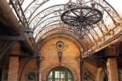 Candelabro e lanternas velhos do ferro Foto de Stock