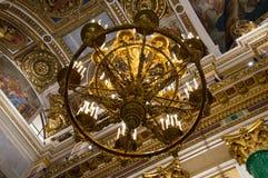 Candelabro e teto da catedral do ` s do St Isaac Fotos de Stock