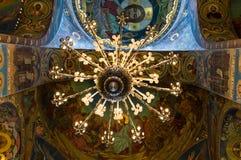 Candelabro e teto na igreja de nosso salvador no sangue derramado Imagens de Stock