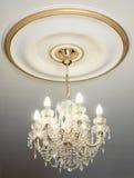 Candelabro elétrico grande no teto imagens de stock royalty free