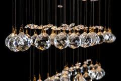 Candelabro moderno para o interior da sala de visitas um grupo das bolas de cristal isoladas no fundo preto Foto de Stock Royalty Free