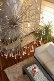 Candelabro ornamentado no quarto Fotografia de Stock Royalty Free