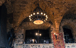 Candelabro que pendura na adega velha do castelo Fotografia de Stock Royalty Free