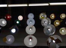 Candelabros de parede de trabalho e iluminação de exposições das lâmpadas na loja da lâmpada Fotografia de Stock Royalty Free