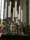 Candelabros de prata da igreja com velas brancas fotografia de stock royalty free