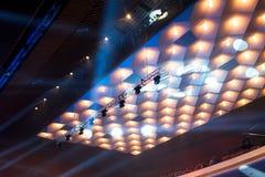 Candelabros e luzes da fase sob o teto fotos de stock