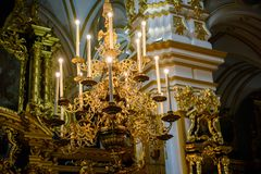 Candelabros para velas da igreja foto de stock royalty free
