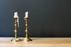 Candelabros retros com velas na sala minimalista Fotos de Stock