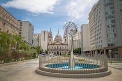 Candelaria Church och olympisk bålskulptur av Anthony Howe - Rio de Janeiro, Brasilien royaltyfri fotografi