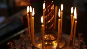 Candele accese nel tempio nella penombra video d archivio