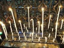 Candele accese sull'altare della cattedrale Fotografia Stock Libera da Diritti