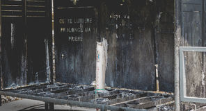 Candele al santuario di Lourdes, accanto alla grotta Fotografia Stock Libera da Diritti