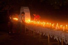 Candele in barca durante il festival di Loykratong nel Laos. Immagine Stock