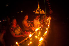 Candele in barca durante il festival di Loykratong nel Laos. Fotografia Stock