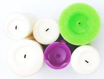 Candele bianche, verdi, porpora su bianco Fotografia Stock