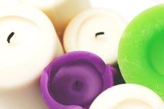 Candele bianche, verdi, porpora su bianco Immagine Stock Libera da Diritti
