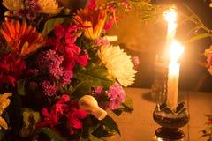 Candele brucianti con i fiori Immagini Stock Libere da Diritti