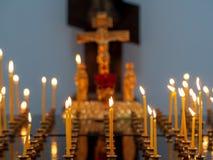 Candele brucianti della chiesa su un candeliere fotografia stock libera da diritti