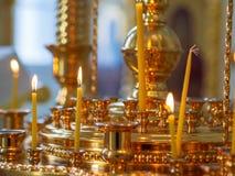 Candele brucianti della chiesa su un candeliere immagine stock