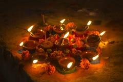 Candele brucianti molte di un olio in un cerchio con i fiori freschi ed i bastoni di fumo di incenso alla notte che celebra Diwal fotografia stock libera da diritti