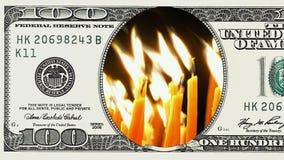 Candele brucianti nel telaio della banconota in dollari 100 stock footage