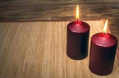 Candele brucianti sulla tavola di legno dello scrittorio con lo spazio della copia Fotografie Stock