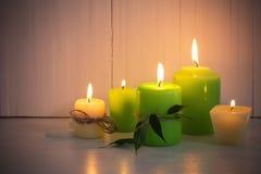 Candele brucianti verdi su fondo bianco immagine stock