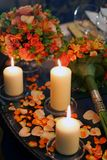 Candele Burning di fiori e petali Fotografie Stock Libere da Diritti