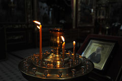 Candele Burning nella chiesa Immagine Stock Libera da Diritti