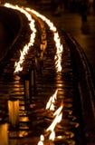 Candele Burning sull'altare in tempiale buddista Immagini Stock