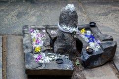 Candele Burning sull'altare in tempiale buddista Fotografie Stock