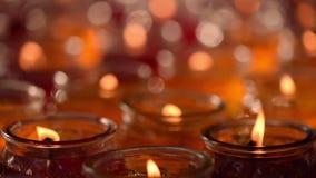 Candele Burning in un tempiale buddista stock footage