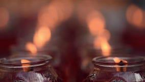 Candele Burning in un tempiale buddista archivi video