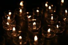 Candele cattoliche e candelieri di vetro Immagini Stock