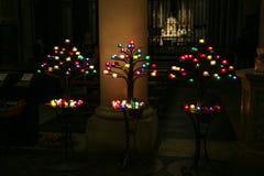 Candele cattoliche e vecchi candelieri Fotografie Stock