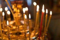 Candele che bruciano nella chiesa ortodossa fotografia stock