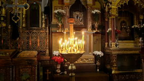 Candele che bruciano nella chiesa ortodossa video d archivio