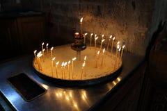 Candele che bruciano in un vecchio monastero Fotografie Stock