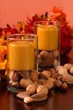 Candele con le noci ed i fiori Immagine Stock
