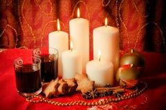Candele con le palle, i biscotti, il vin brulé e le spezie di natale Fotografia Stock