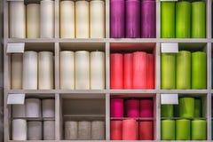 Candele da vendere Gabinetto in pieno delle candele varie in un deposito di decorazione interno Fotografia Stock