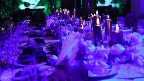 Candele decorative sulla tavola, sui vetri e sulle candele sulla tavola, decorazioni di nozze, candleswith bianco di Natale della stock footage