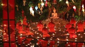 Candele del fuoco della rana pescatrice buddista al Buddha stock footage