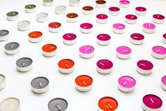 Candele del tè sul fondo bianco dello scrittorio Fotografia Stock