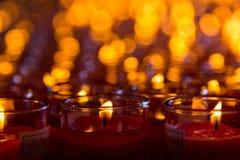 Candele della chiesa in candelieri trasparenti rossi Fotografia Stock Libera da Diritti