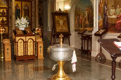 Candele della chiesa ortodossa con le icone, la bibbia e l'incrocio fotografie stock