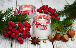 Candele delle decorazioni di Natale in barattoli di vetro con abete Fotografia Stock