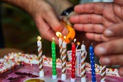 Candele delle luci della mano del padre fotografie stock libere da diritti