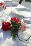Candele di banchetto di nozze e Rosa e Cedar Bundles immagine stock libera da diritti